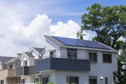 住宅 新築住宅 イメージ ソーラーパネル設置 快晴 青空 緑